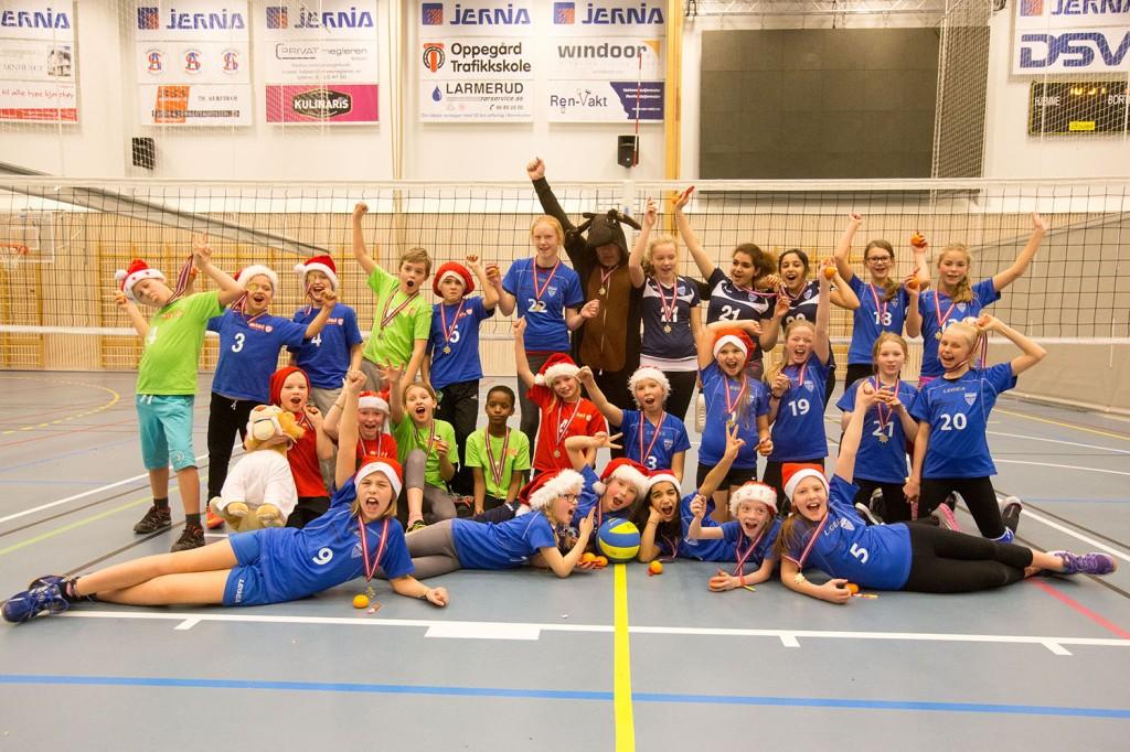 27 spillere (og en elg) deltok i minivolleyballdebuten i Follo.