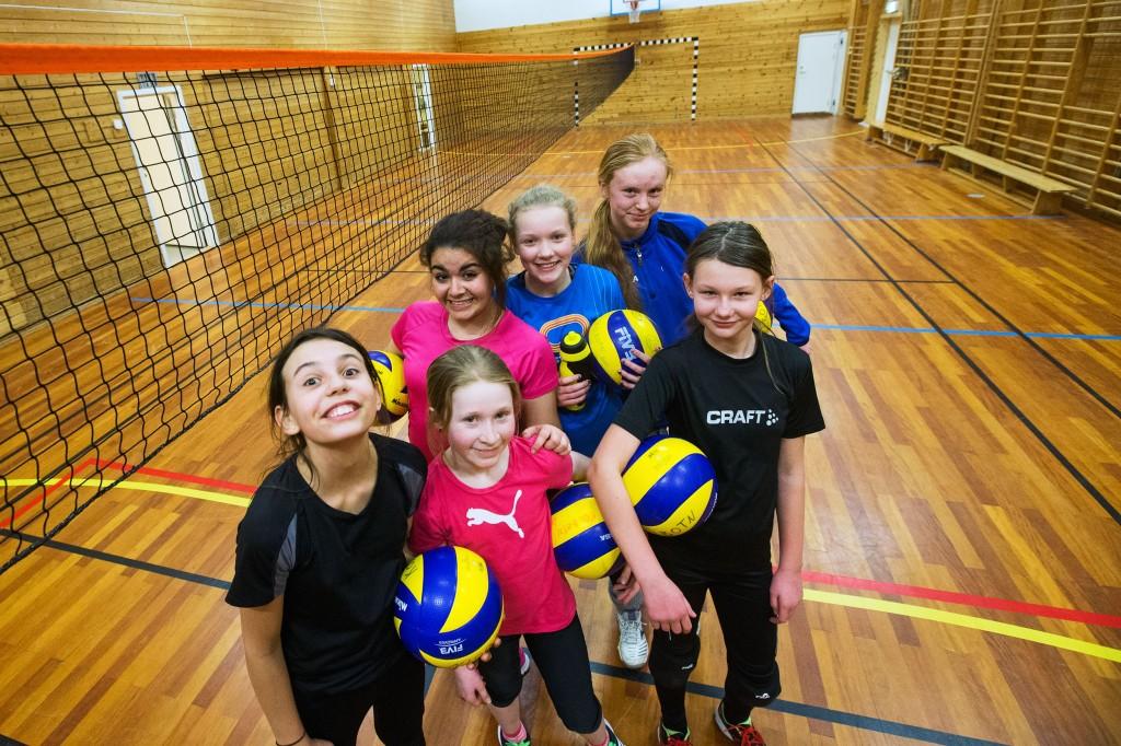 Denne spreke gjengen fikk innvie klubbens første volleyballtrening med langnett.