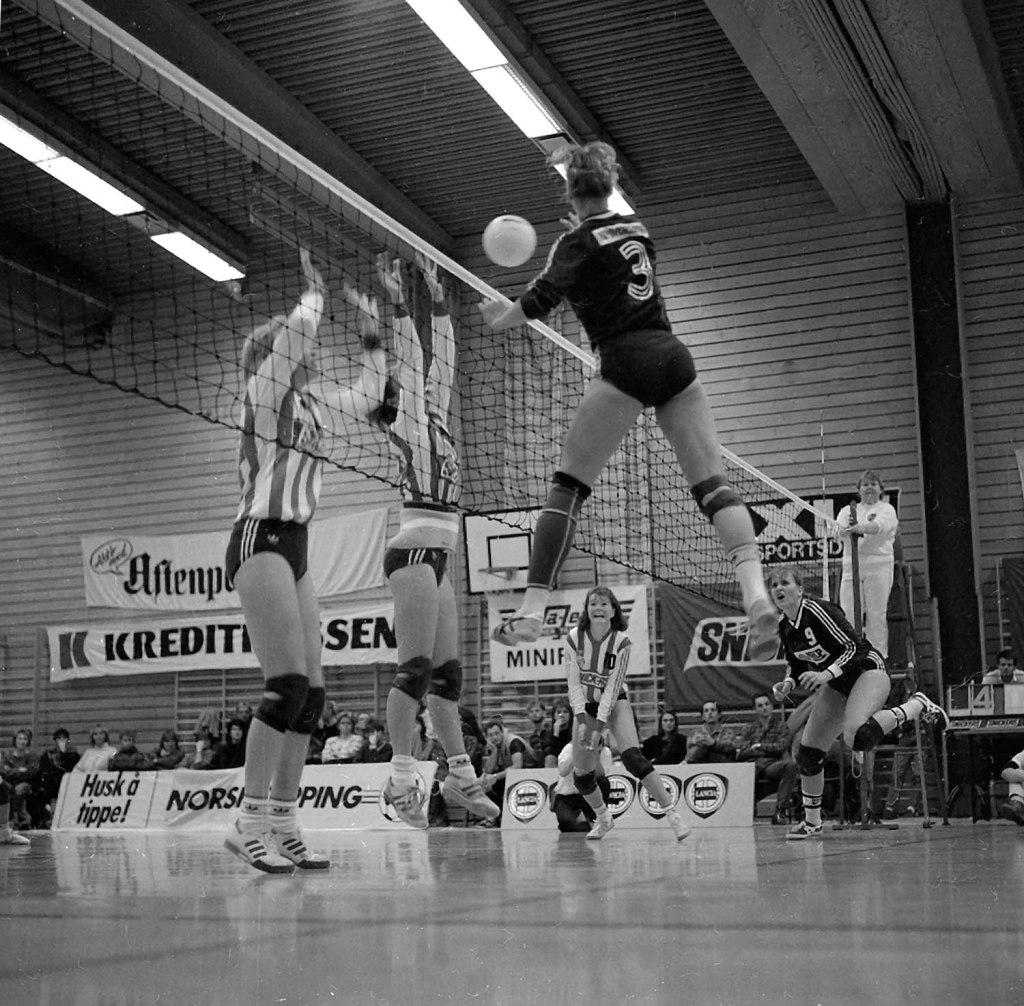 Midtspiller Kristin Eliassen til venstre i blokk for KFUM Oslo mot Bergkameratene på 80-tallet.