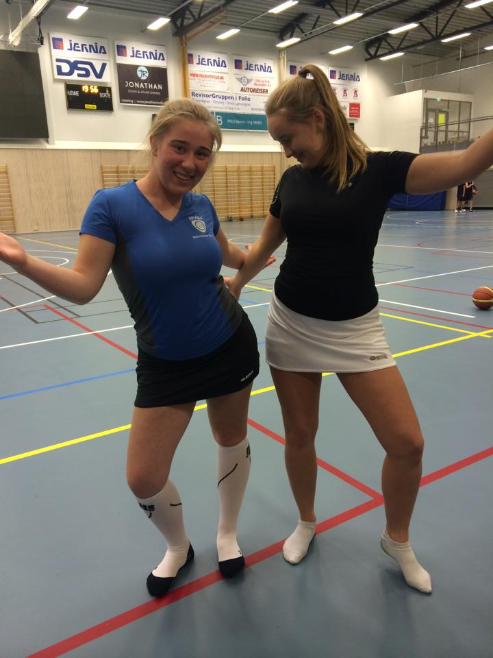 Vilde og Kamilla med volleyskjørt på dagens trening
