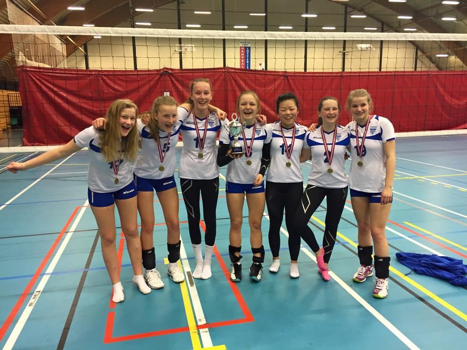 Karoline, Siri, Mille, Marte, Sandra, Inger Lise og Kamilla med lagpokal og bronsemedaljer i U15