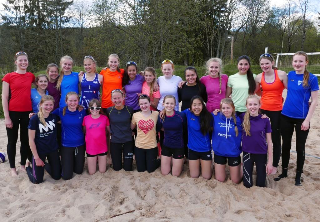 23 jenter deltok på Regionsamling i sandvolleyball i Region Øst andre helgen i mai