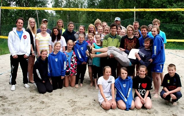 Ragnar Wisløff ble i 2010 hedret med Volleyballforbundets hedersbevisning i sølv på sandvolleyballbanene han selv sto i bresjen for å få lagd. FOTO: KNUT STENSETH