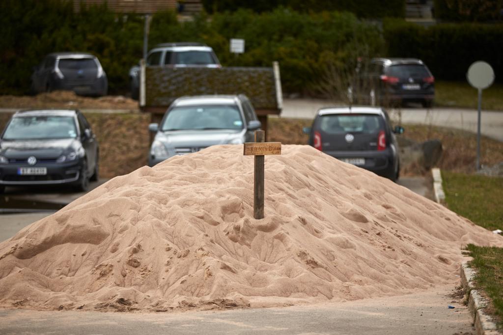 Tretti tonn sand venter på å legges ut på sandvolleyballbanene slik at begge får samme kvalitet