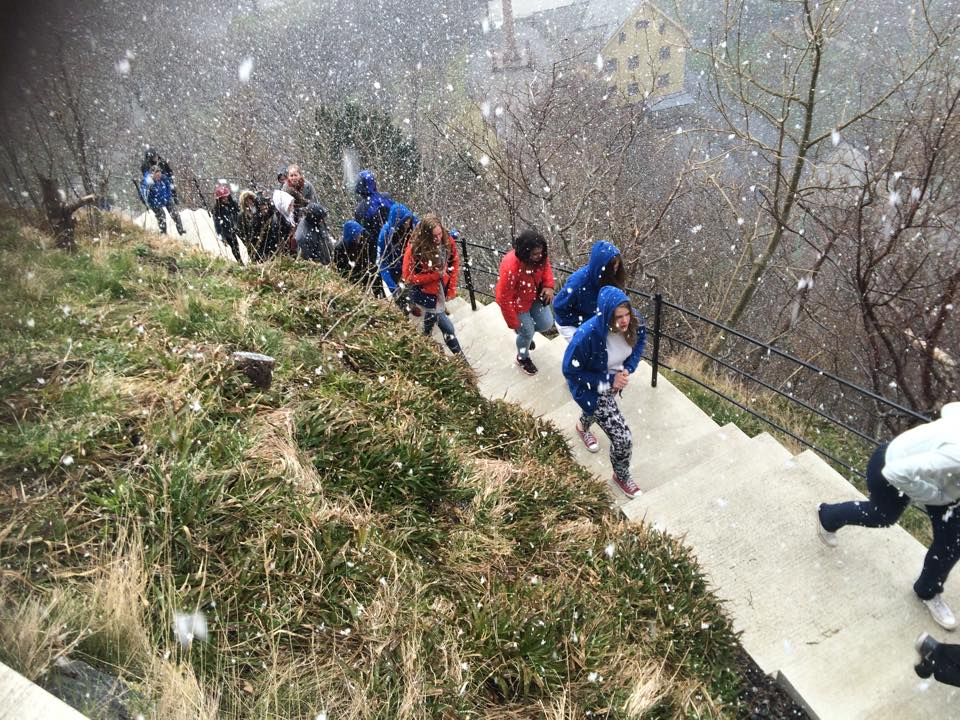 Kolbotnjenter på vei opp de 418 trappetrinn