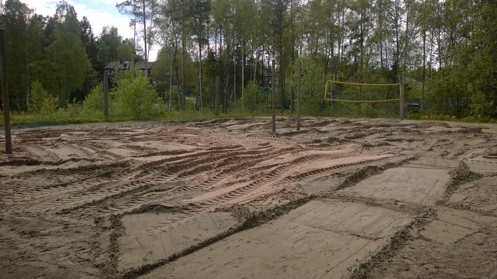 26. mai 2015: 30 tonn holdt til å oppgradere en av banene. Sand av lavere kvalitet ble flyttet over på banen lengst bort på bildet.