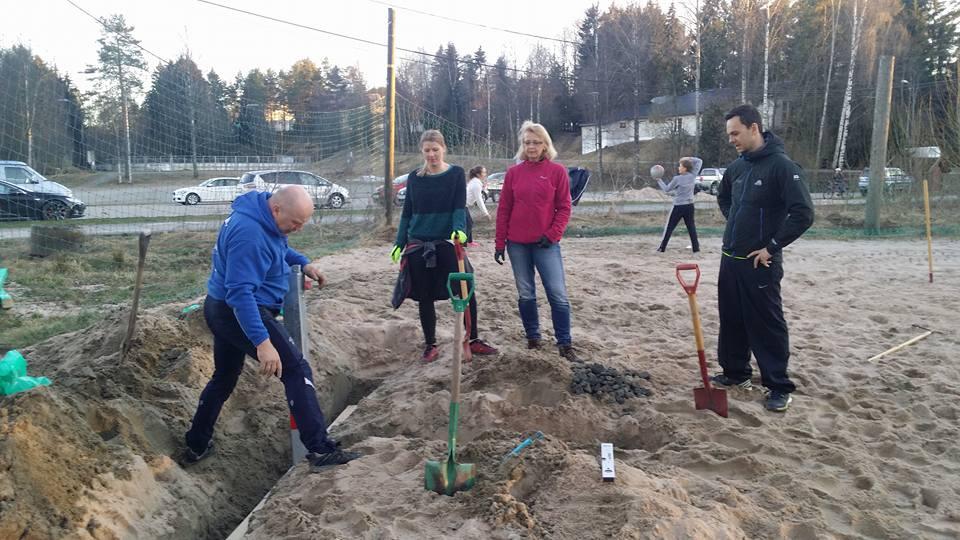 Nye moderne stolper graves ned i sanden