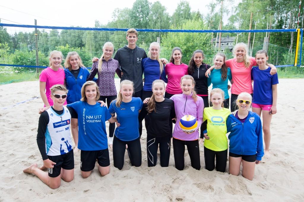 De tre instruktørene Thea Sannes Sweder, Anders Mol og Ragnhild Aarø Blegeberg omkranset av Beachcamp-deltagerne.