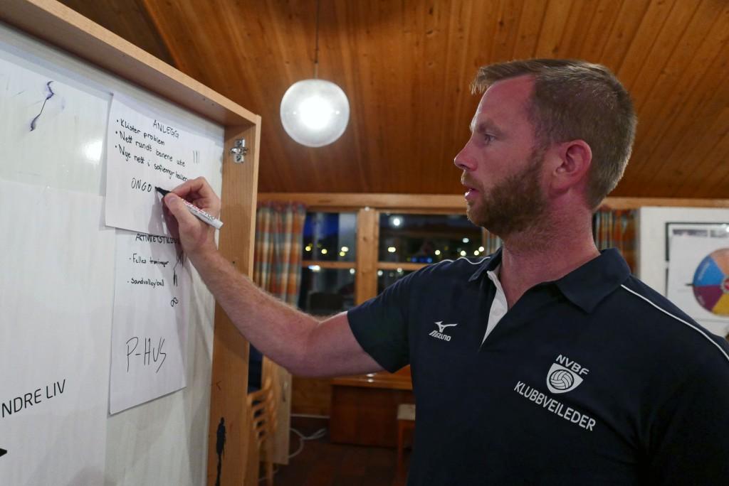Klubbveileder Audun Stensvik parkerer noen ideer og hjelper å prioritere andre